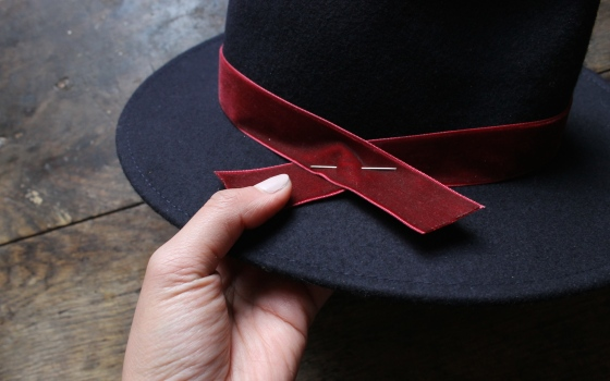 customiser-chapeau-ruban-velours-bouton-3