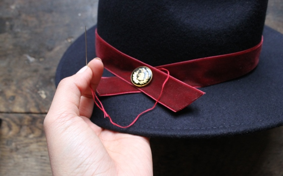 customiser-chapeau-ruban-velours-bouton-5