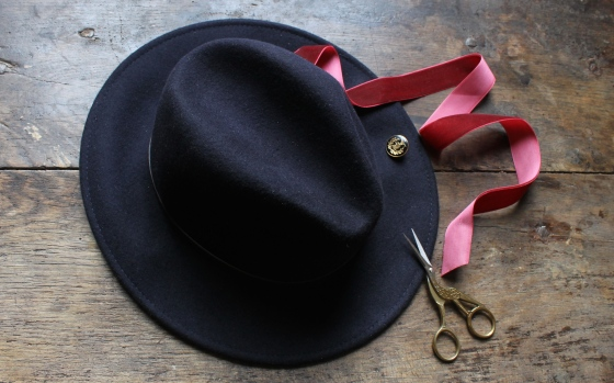 customiser-chapeau-ruban-velours-bouton