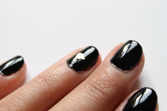 nail-rock-black-polish-golden-foil-1