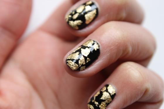 nail-rock-black-polish-golden-foil-2