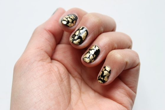 nail-rock-black-polish-golden-foil-3