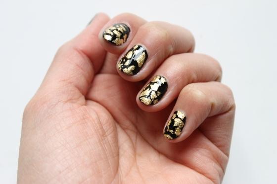 nail-rock-black-polish-golden-foil-3
