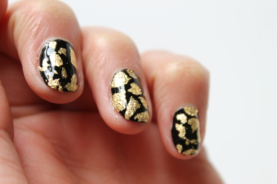 nail-rock-black-polish-golden-foil-4