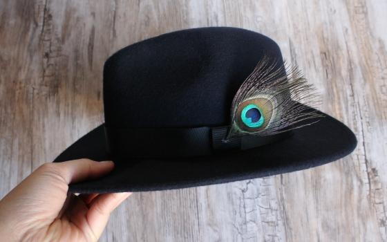 chapeau-ruban-noir-plume-de-paon-the_miscellanista-1