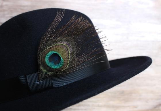 chapeau-ruban-noir-plume-de-paon-the_miscellanista-2