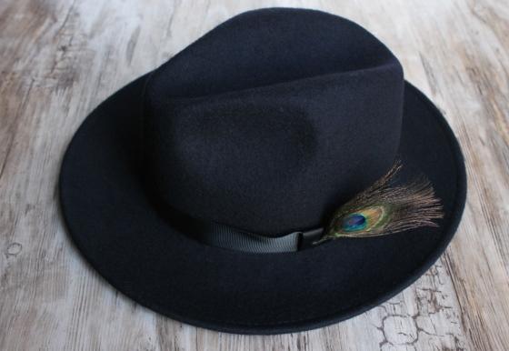 chapeau-ruban-noir-plume-de-paon-the_miscellanista-4