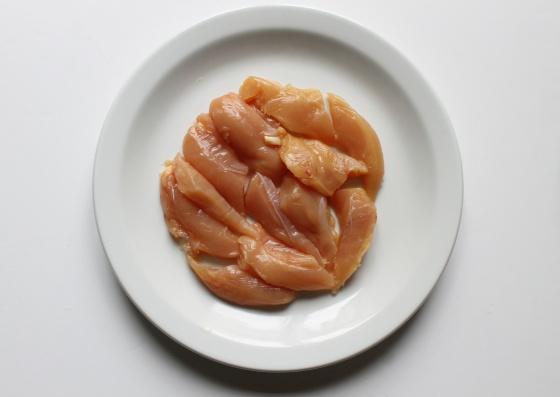 couper les aiguillettes de poulet en deux