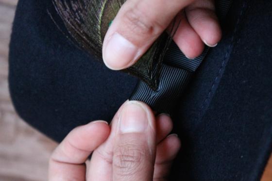customiser-chapeau-ruban-noir-plume-de-paon-the_miscellanista-7