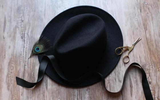 materiel-chapeau-ruban-noir-plume-de-paon-the_miscellanista-1