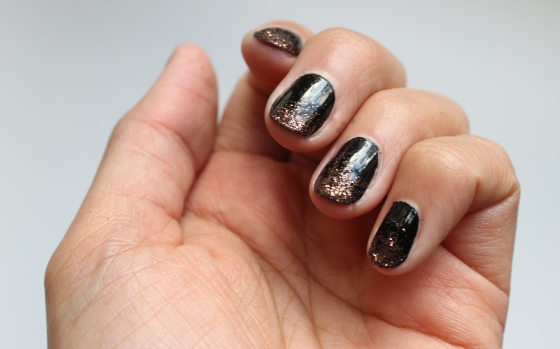 nail-art-essie-licorice-paillettes-1