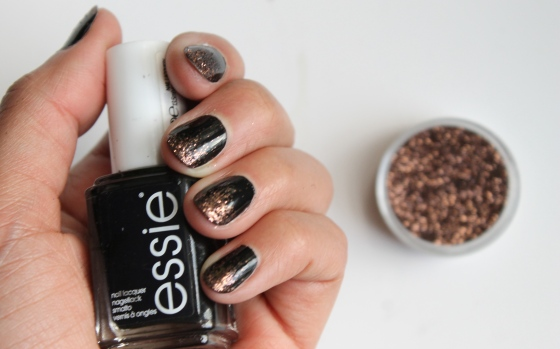 nail-art-essie-licorice-paillettes