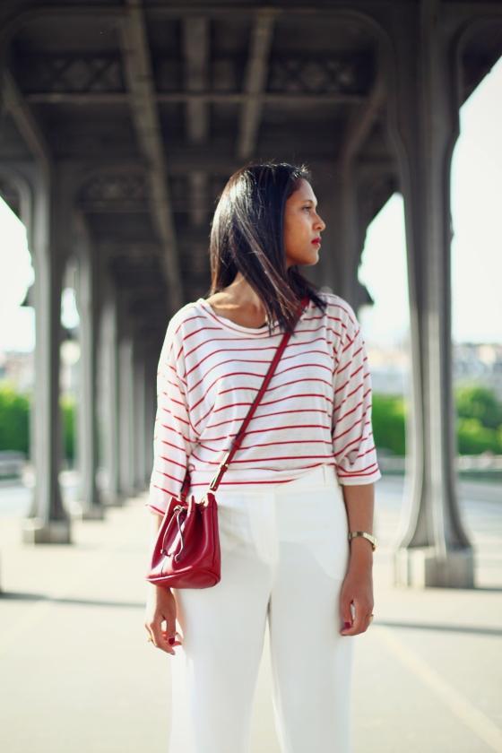 look-marin-mariniere-pantalon-blanc-sac-bourse-1