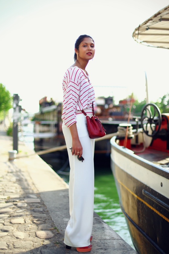 look-marin-mariniere-pantalon-blanc-sac-bourse-5